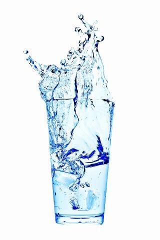 Woda powinna Ci towarzyszyć przez całą noc. Wybierz niegazowaną. /123/RF PICSEL