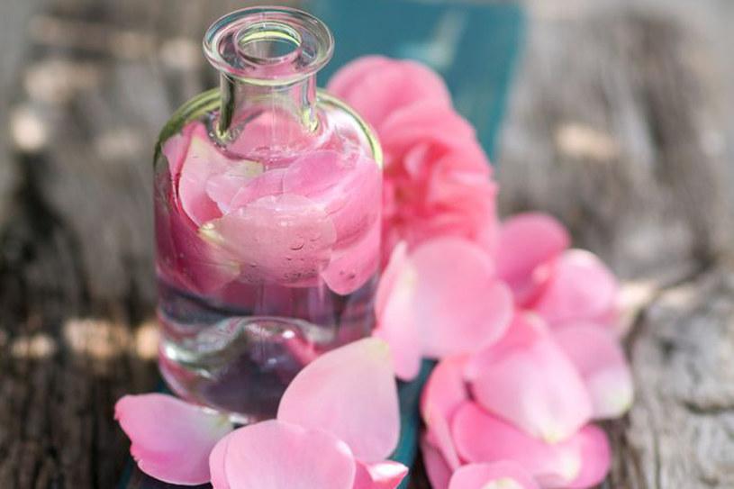 Woda różana to uniwersalny kosmetyk /123RF/PICSEL