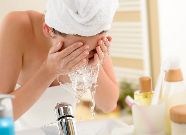 Woda termalna znajduje swoje zastosowanie nie tylko przy pielęgnacji skóry wrażliwej /©123RF/PICSEL