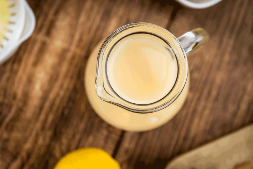 Woda z sokiem z cytryny pomoże na przebarwienia /123RF/PICSEL