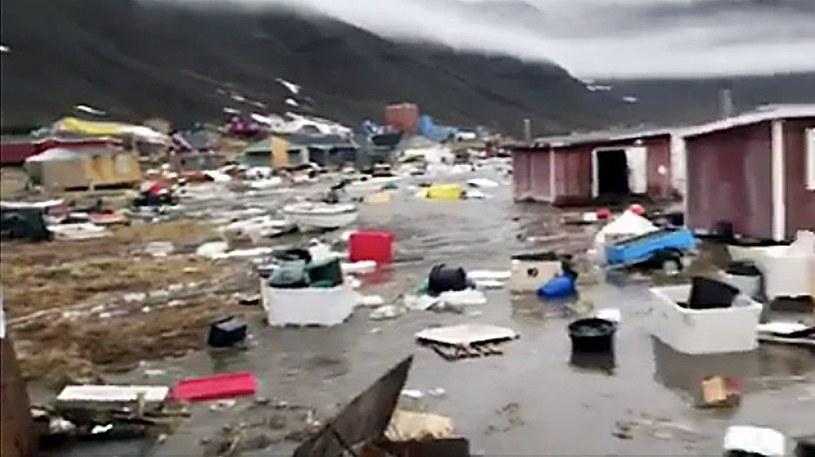 Woda zmyła z powierzchni ziemi 11 domów /PAP/EPA