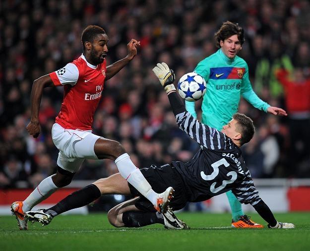 Wojciech Szczęsny broni bramki Arsenalu - szarżuje Lionel Messi /AFP