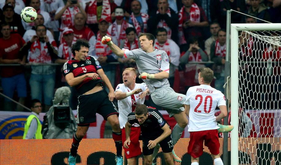 Wojciech Szczęsny walczy o piłkę z Matsem Hummelsem (po lewej), obok Łukasz Piszczek i Kamil Glik oraz Niemiec Thomas Mueller /Bartłomiej Zborowski /PAP