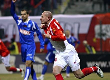 Wojciech Szymanek cieszy się po golu, który padł raczej po spalonym. FOT. Kamil Jóźwiak. /Agencja Przegląd Sportowy