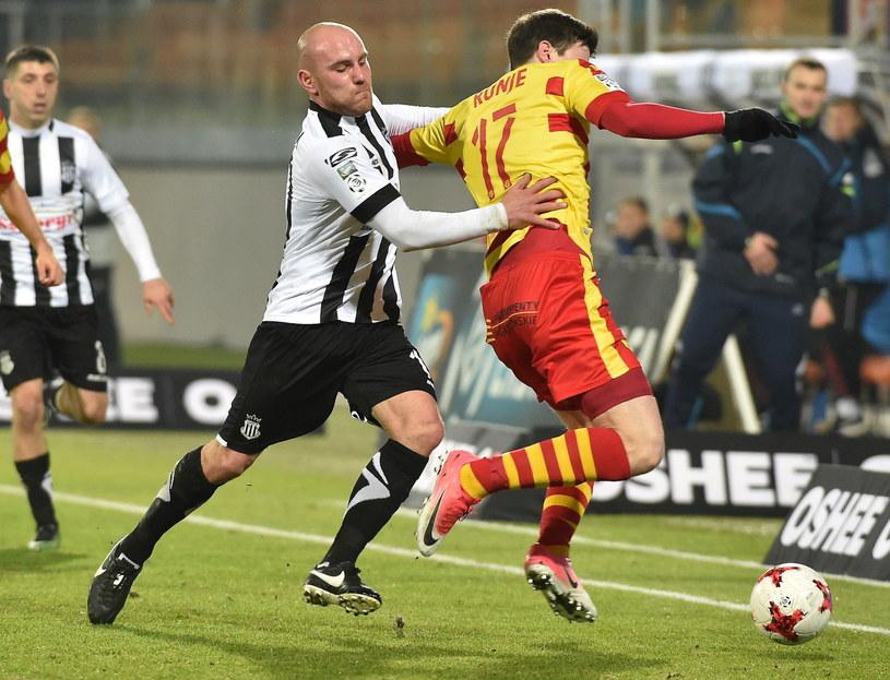 Wojciech Trochim (L) z Sandecji w przegranym 0-1 meczu z Jagiellonią Białystok /Jacek Bednarczyk /PAP