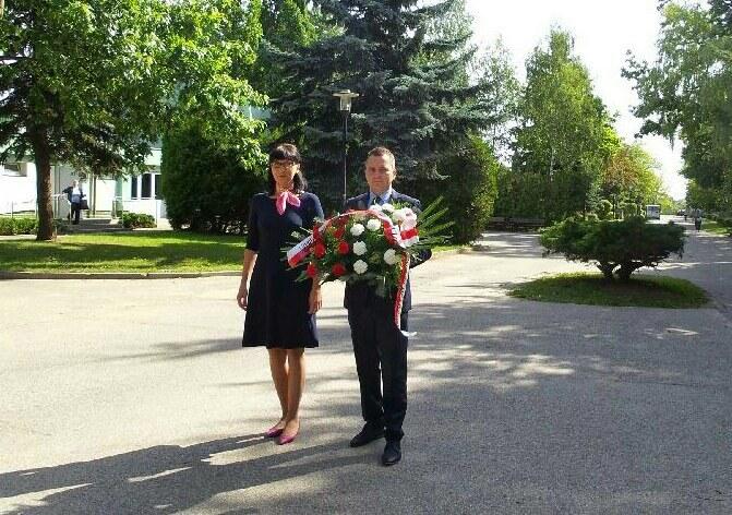 Wojewoda lubuski Katarzyna Osos składa kwiaty na gorzowskim cmentarzu /Lubuski Urząd Wojewódzki /materiały prasowe
