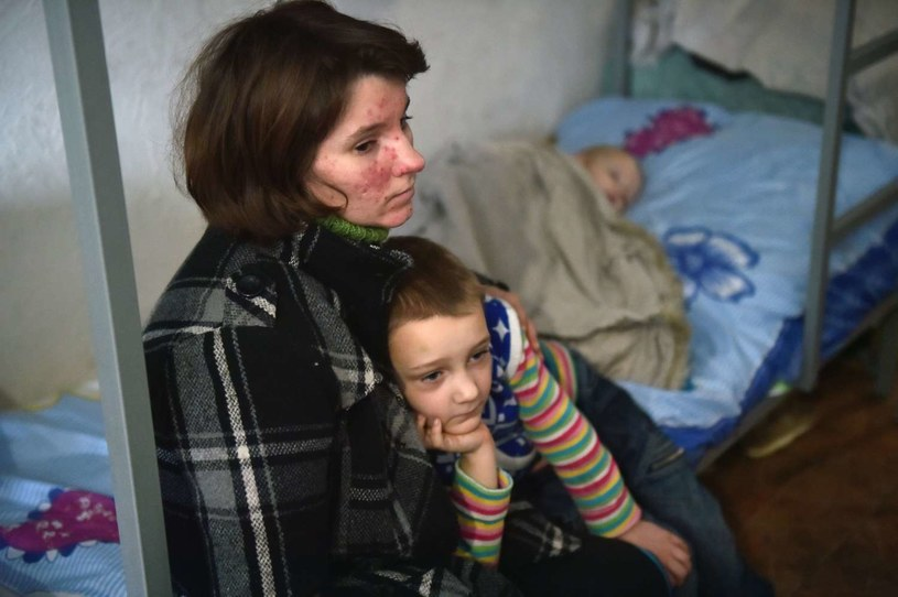 Wojna na Ukrainie dotknęła najbardziej kobiety, dzieci i osoby starsze /SERGEI SUPINSKY /AFP