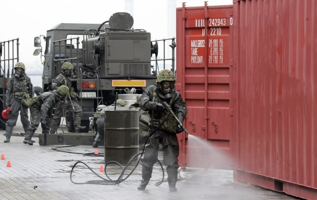 Wojsko oczyszcza skażony teren /AFP