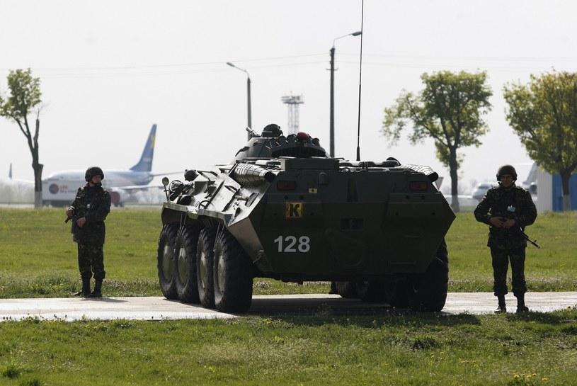 Wojsko pilnuje lotniska /PAP/EPA