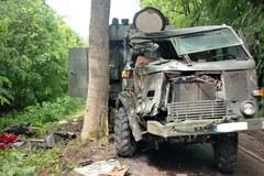 Wojskowa sanitarka uderzyła w drzewo
