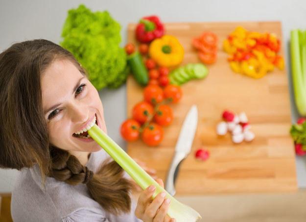 Wolne jedzenie i spożywanie małych kęsów, powoduje, że szybciej czujemy się najedzeni /123RF/PICSEL