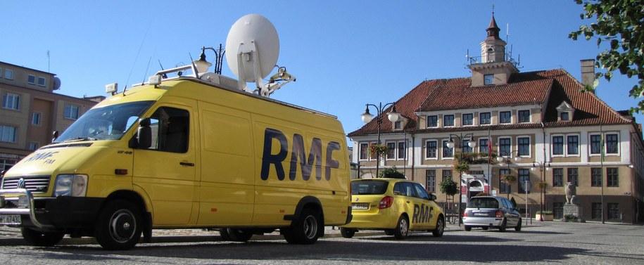 Wóz satelitarny i auto reporterskie RMF FM na rynku w Olsztynku /Daniel Pączkowski /Archiwum RMF FM