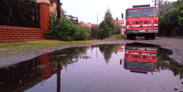 Wóz strażacki na jednej z ulic Żyrardowa /Roman Osica /RMF FM