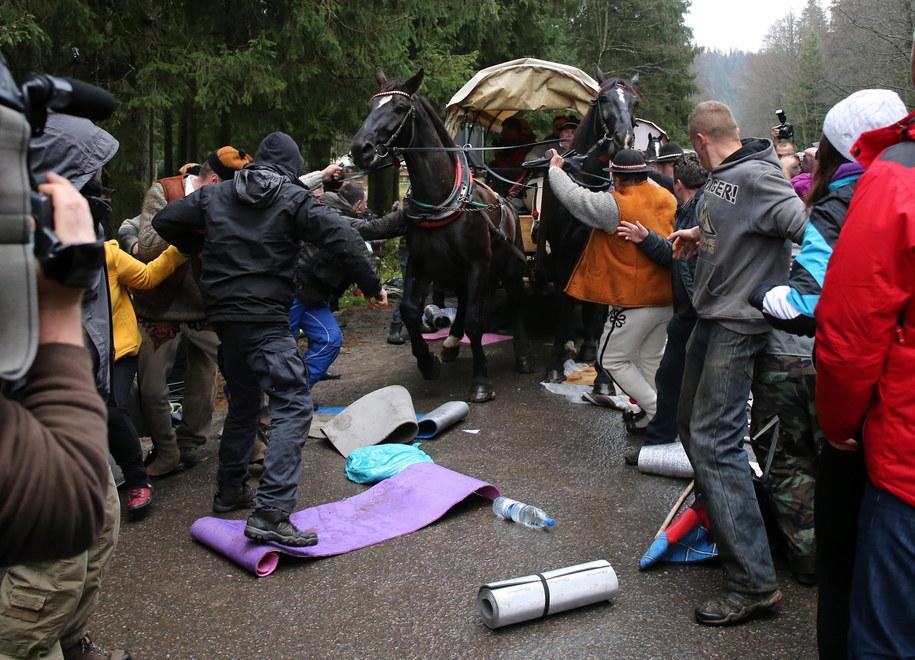 Wóz z turystami próbujący przebić się przez grupę ekologów /Grzegorz Momot /PAP