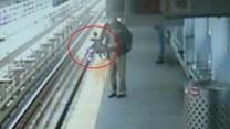 Wózek z dzieckiem stoczył się z peronu na tory!
