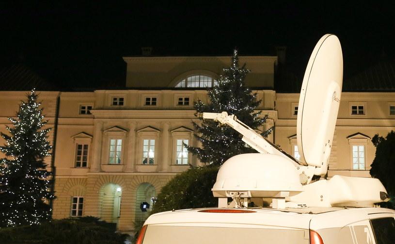 Wozy transmisyjne przed siedzibą Ministerstwa Zdrowia, gdzie trwają rozmowy /Paweł Supernak /PAP