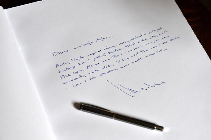 Wpis prezydenta Krakowa Jacka Majchrowskiego w księdze kondolencyjnej wyłożonej w krakowskim magistracie /Jacek Bednarczyk /PAP