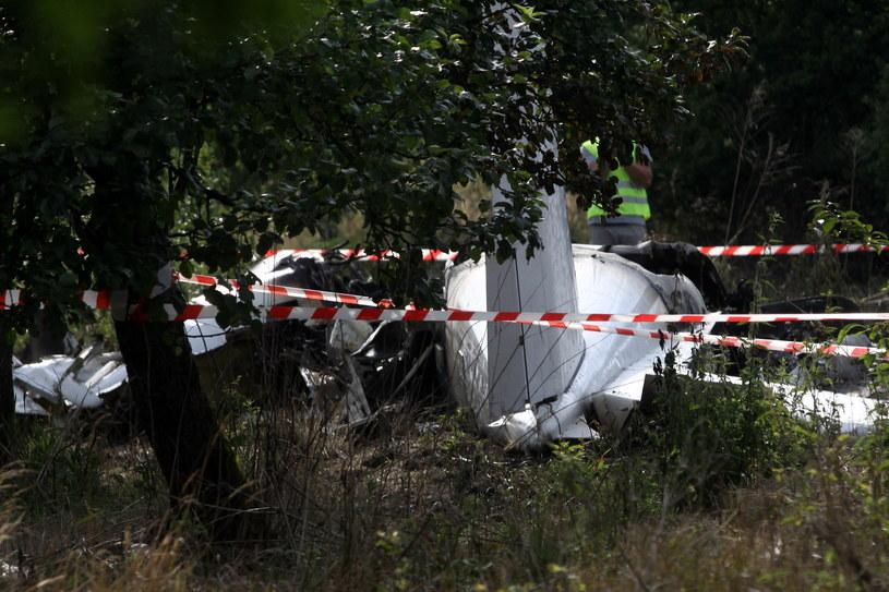 Wrak maszyny na miejscu katastrofy samolotu ze skoczkami spadochronowymi w pobliżu Topolowa /Waldemar Deska /PAP