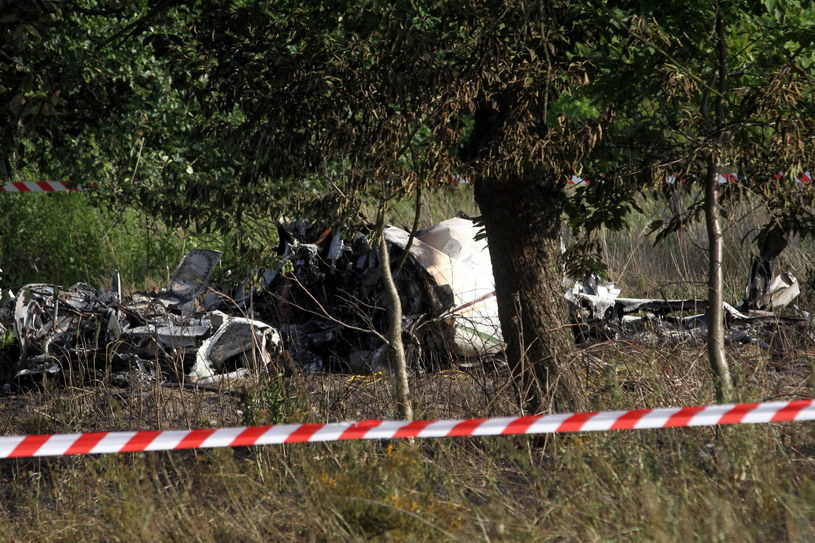 Wrak maszyny na miejscu katastrofy samolotu ze skoczkami spadochronowymi /Waldemar Deska /PAP