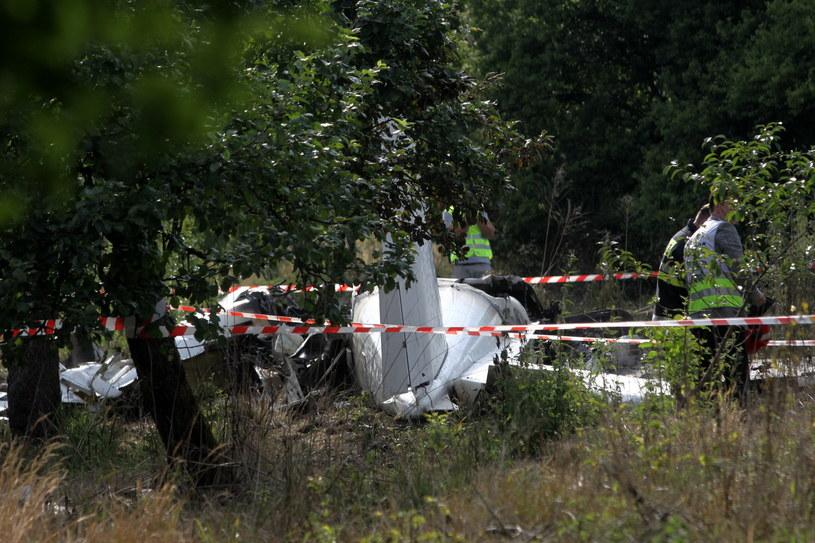 Wrak maszyny na miejscu katastrofy samolotu ze skoczkami spadochronowymi w pobliżu Topolowa. /Waldemar Deska /PAP