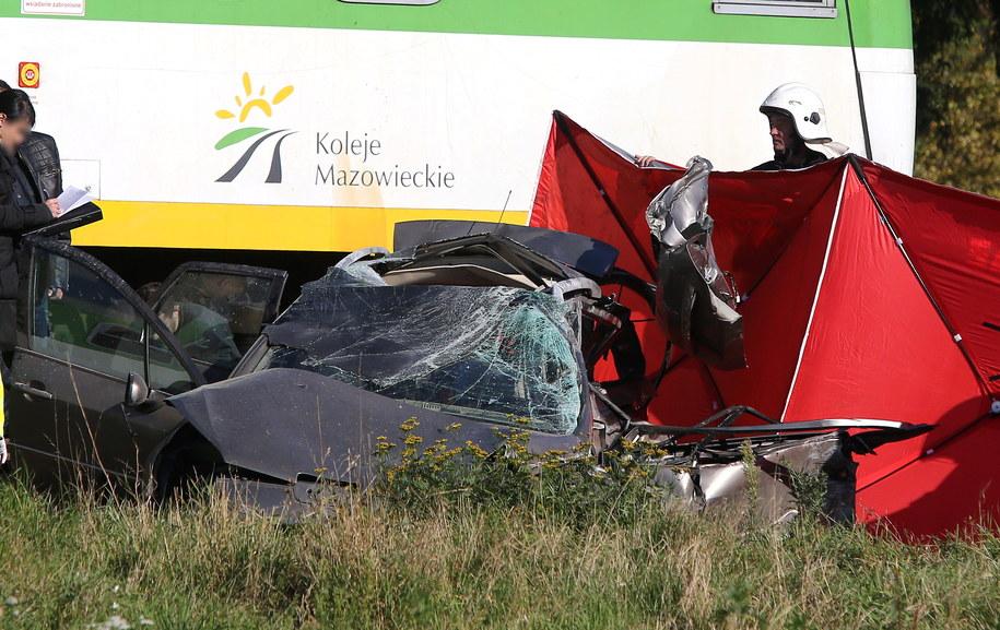 Wrak samochodu na miejscu zderzenia samochodu osobowego z dwoma pociągami na strzeżonym przejeździe kolejowym w Kozerkach /Tomasz Gzell /PAP
