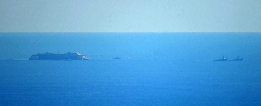 Wrak statku Costa Concordia holowany był z prędkością 2,5 węzła w konwoju kilkunastu statków /LUCA ZENNARO /PAP/EPA