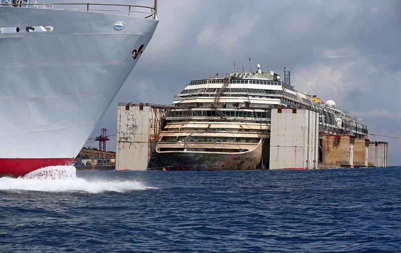 Wrak statku Costa Concordia /ALESSANDRO DI MEO    /PAP/EPA