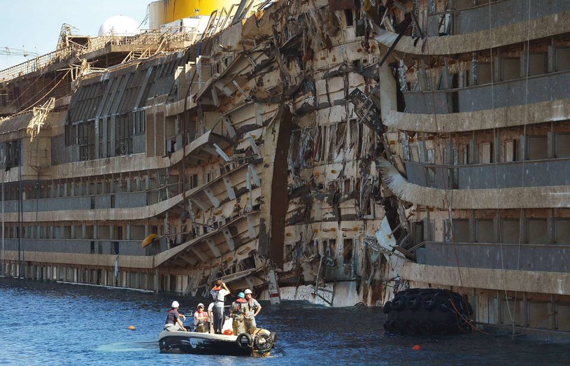 Wrak wycieczkowca Costa Concordia /AFP