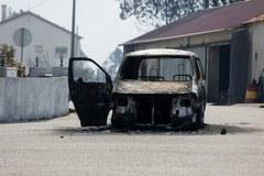 Wraki spalonych aut na drogach w portugalskich lasach