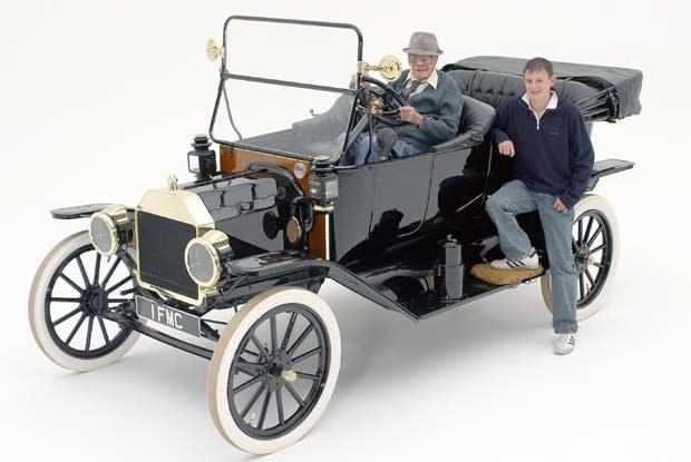 Wraz z Fordem w tym miesiącu 100 lat kończy też były pracownik firmy, Joe Curtis (kliknij) /INTERIA.PL