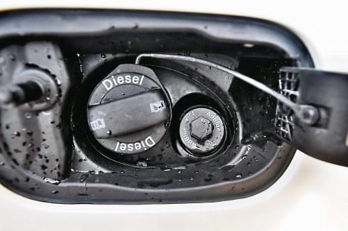 Wraz z zaostrzaniem norm emisji, w autach osobowych (np. Audi Q7) pod klapką paliwa pojawił się dodatkowy wlew na czynnik AdBlue. /Motor