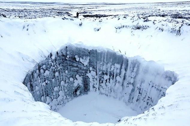 Wreszcie udało się zbadać syberyjskie leje, które powstały w wyniku uwalniającego się metanu (Fot. Russian Centre of Arctic Exploration) /materiały prasowe