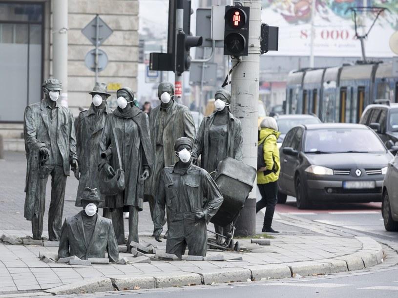 Wrocław: Happening Dolnośląskiego Alarmu Smogowego z okazji Ogolnopolskiego Dnia Czystego Powietrza /Leszek Kotarba  /East News
