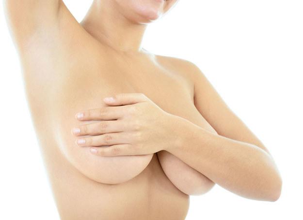 Wskazaniem do badania usg. są też jakiekolwiek zmiany kształtu piersi /123RF/PICSEL