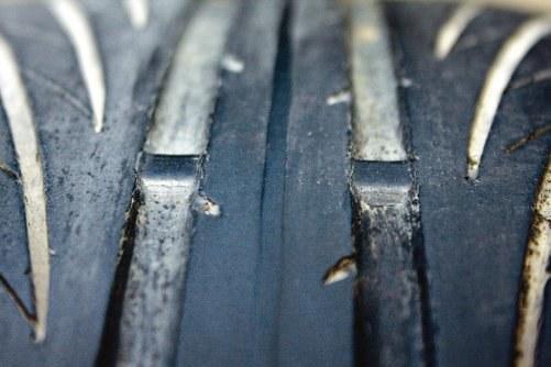 Wskaźnik TWI informuje, że głębokość rowków osiąga wielkość graniczną. Pora na zmianę opon. /Motor