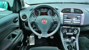 Wskazówki zegarów startują z pozycji pionowej, podobnie jak w Alfie Romeo. /Motor