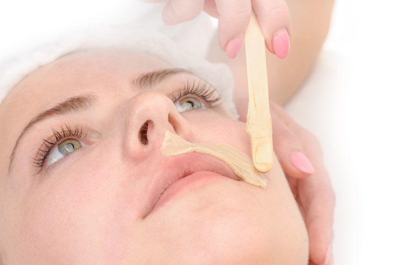 Współczesne kobiety radzą sobie z wąsikiem np. za pomocą depilacji woskiem /123RF/PICSEL