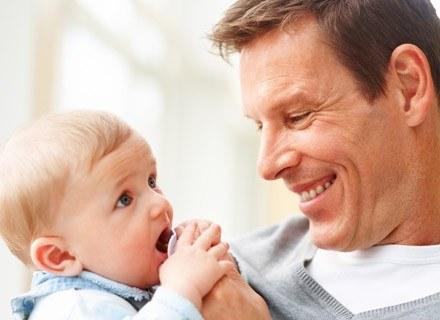 """Współcześni tatusiowie nie czują strachu przed rodzicielską """"wspinaczką"""" /© Panthermedia"""
