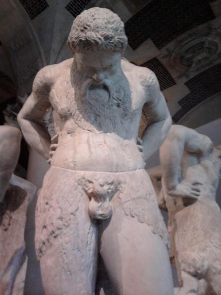 PARYŻ - Luwr_ Ta rzeźba mnie zaskoczyła, ale jednak dokładność autora, była szokująca, tym bardziej, że takich samych posągów - o ile dobrze pamiętam - było sześć.