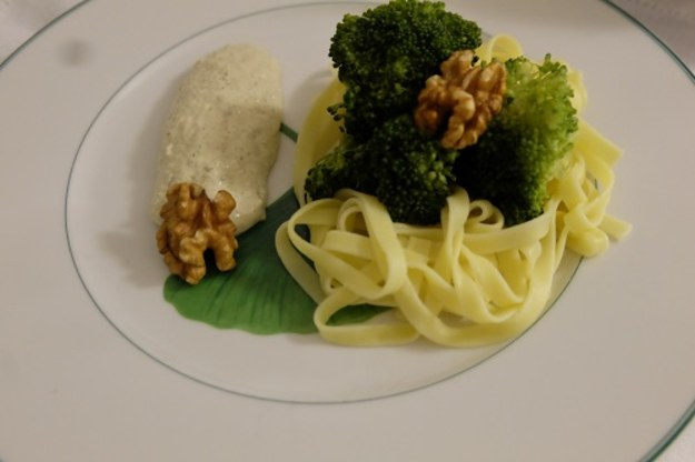 Wstążki z orzechowym sosem i brokułami