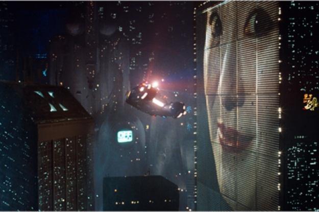"""Wszechpotężne korporacje rządzą światem (tu kadr z """"Łowcy androidów"""") /materiały prasowe"""