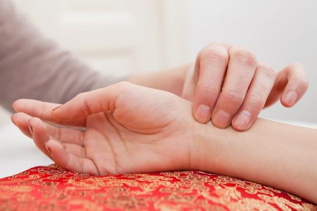 Wszelkie nieprawidłowości tętna mogą świadczyć o stanie chorobowym. /123/RF PICSEL