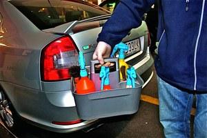 Wszystkie preparaty wykorzystywane do czyszczenia samochodu bez użycia wody mieszczą się w małym wiaderku. /Motor