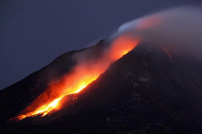 Wulkan Sinabung uaktywnił się w sierpniu 2010 roku /DEDI SAHPUTRA  /PAP/EPA