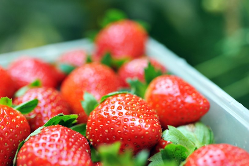 Wybieraj owoce sezonowe /©123RF/PICSEL