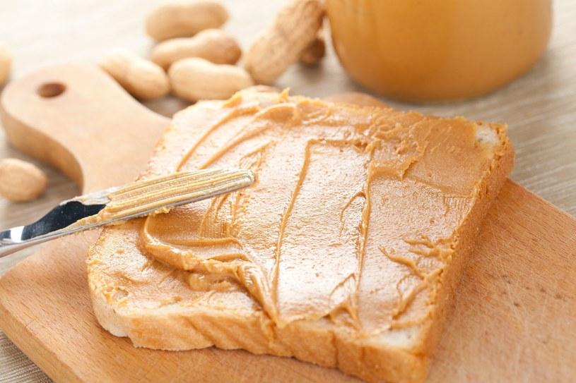 Wybierając masło orzechowe, zawsze sprawdzajmy jaki ma skład /123RF/PICSEL