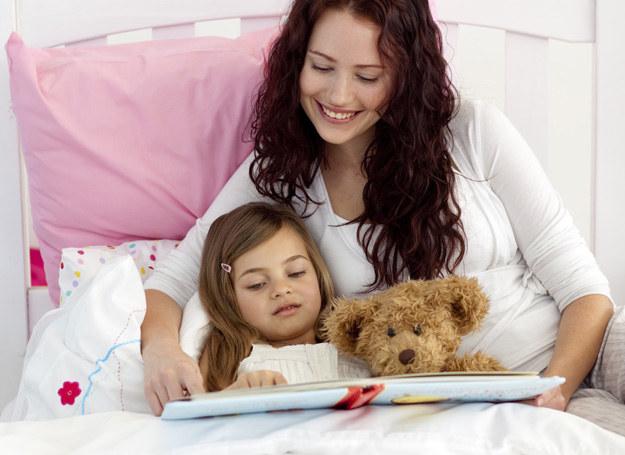 Wybierajmy bajki, które nie są zbyt krótkie. Dziecko potrzebuje czasu, by wczuć się w historię, której słucha. /123RF/PICSEL