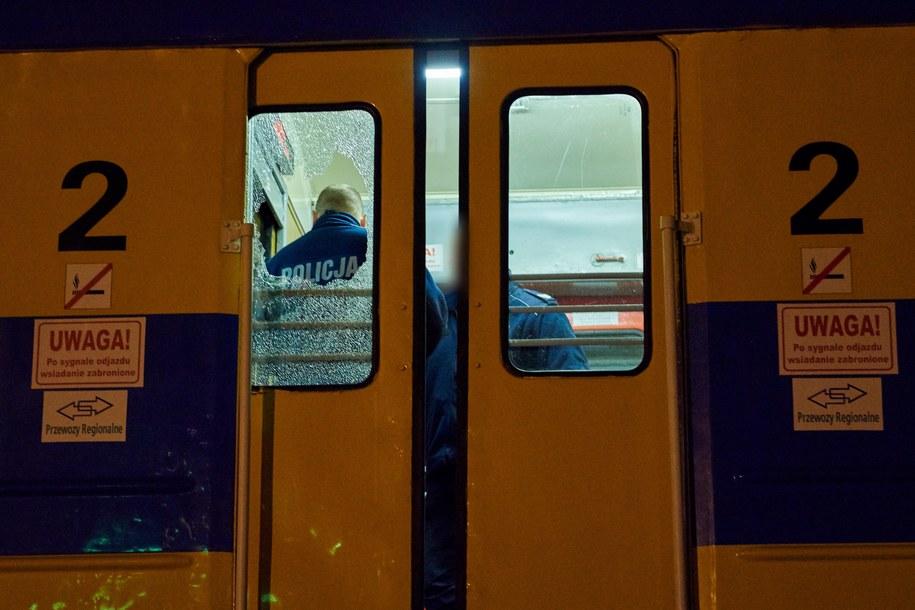 Wybita szyba w pociągu osobowym jadącym z Elbląga do Gdyni /Adam Warżawa /PAP