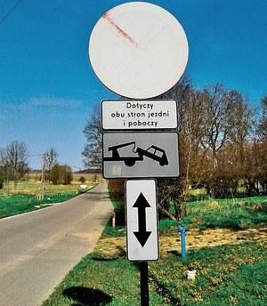 Wyblakły znak to zaniedbanie drogowców. W praktyce nie musi być respektowany. /Motor