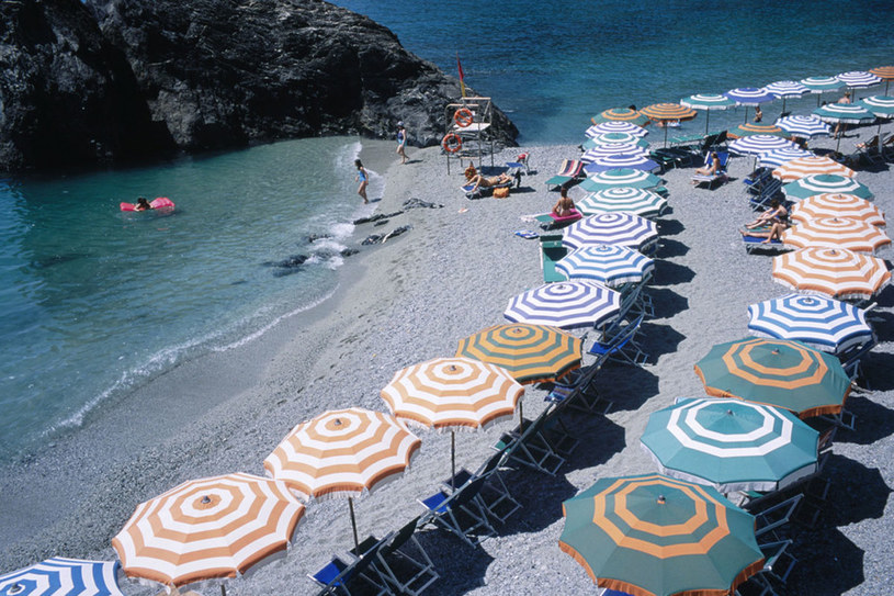 Wybrzeże Ligurii to raj nie tylko plażowiczów, ale i surferów. Dzięki osłoniętym zatokom tutejsze fale osiągają nawet cztery metry wysokości! /East News
